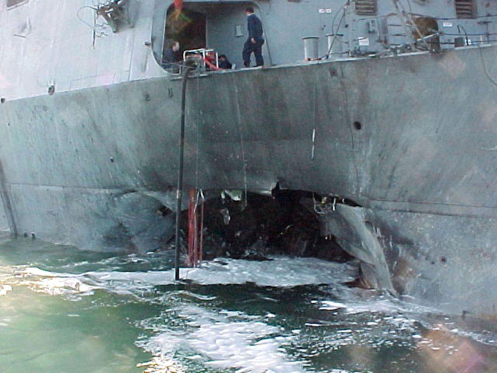 """Uszkodzenia USS """"Cole"""" powstałe po ataku z 12 października 2020 roku (domena publiczna)."""
