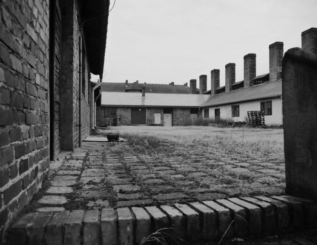 Wewnętrzny plac obozowej kuchni w KL Auschwitz. Tu odbywały się walki bokserskie Tadeusza Pietrzykowskiego. Zdjęcie i podpis z książki Gladiatorzy śmierci (materiały prasowe).