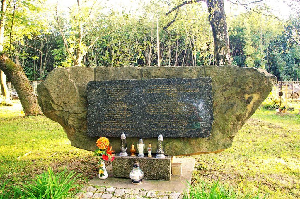 Zbiorowy grobowiec pacjentów Zakładu dla Umysłowo i Nerwowo Chorych w Kobierzynie oraz skawińskich Żydów zamordowanych 23 czerwca 1942 roku (Jacek555/CC BY-SA 4.0).