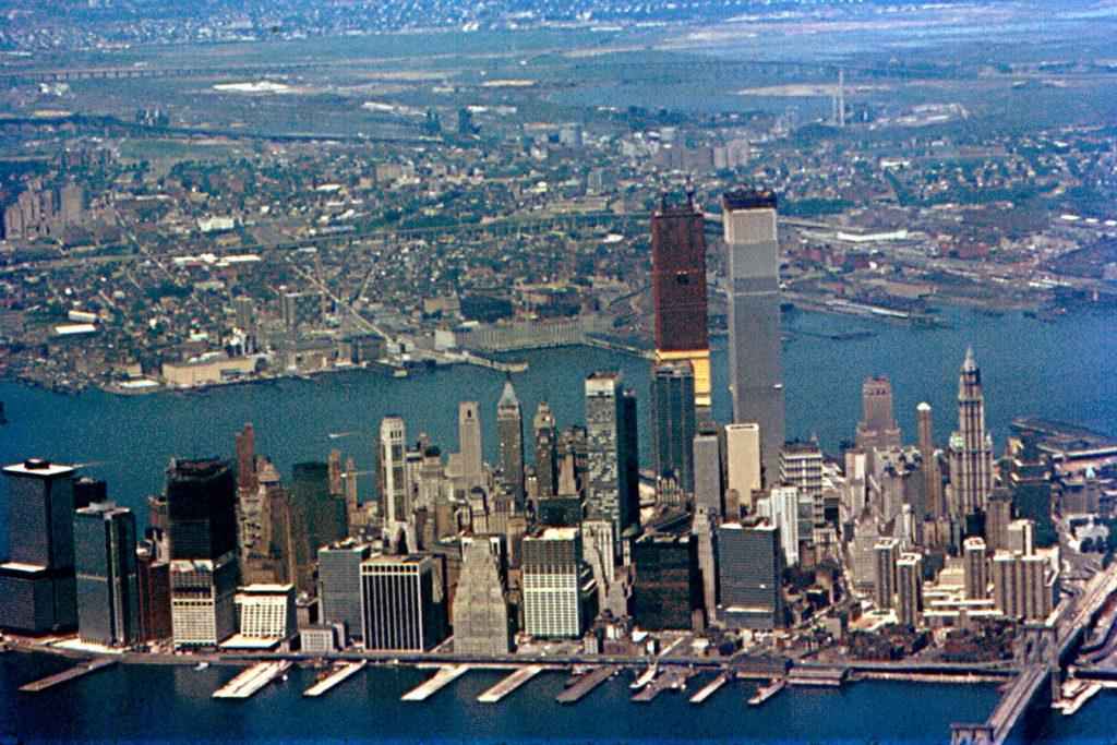Zdjęcie z lipca 1971 roku pokazujące postęp prac przy budowie wież WTC (Roger W/CC BY-SA 2.0).