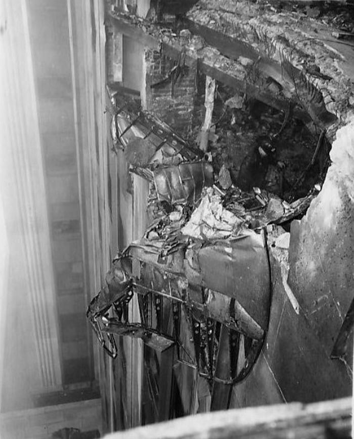 Zniszczenia spowodowane przez B-25, który zderzył się w lipcu 1945 roku z Empire State Building (domena publiczna).