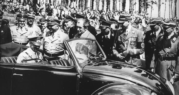 Adolf Hitler na tylnym siedzeniu pierwszego egzemplarza garbusa