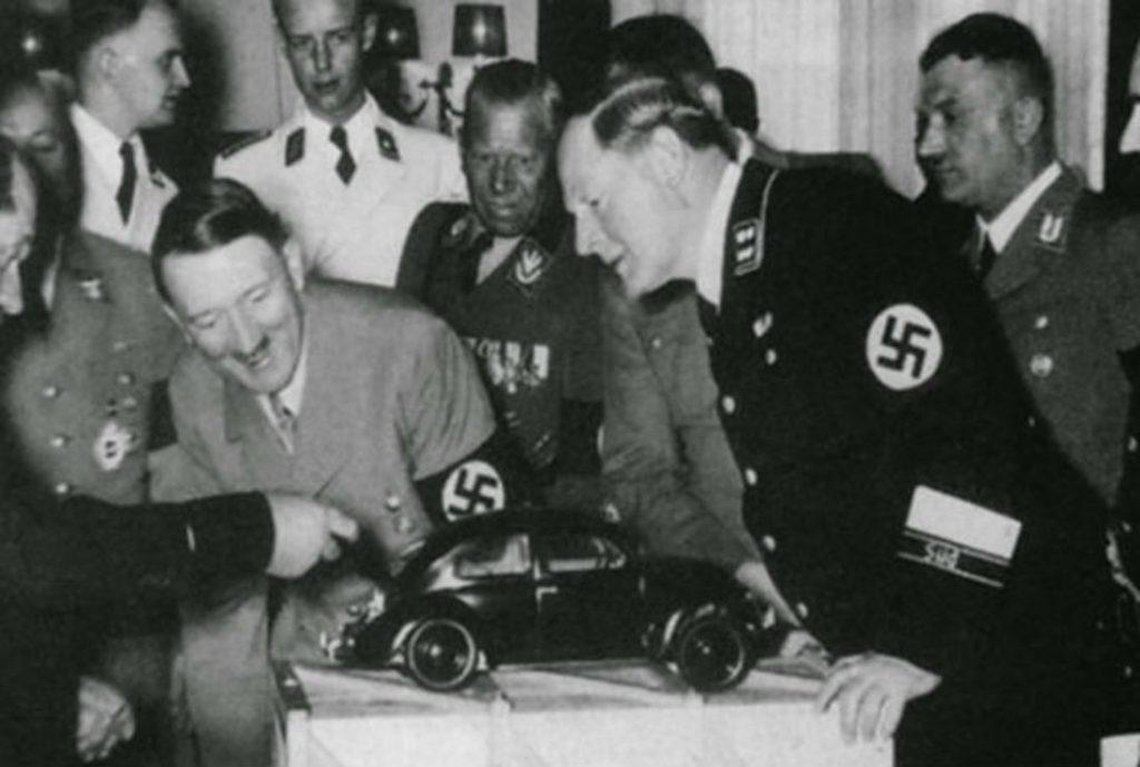Adolf Hitler przy modelu Volkswagena.