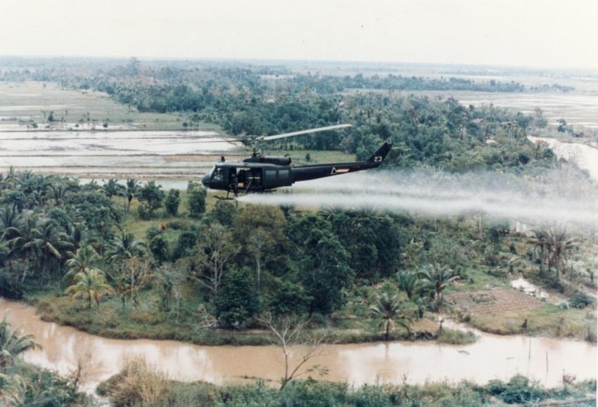 Amerykański helikopter rozpylający Agent Orange (domena publiczna).