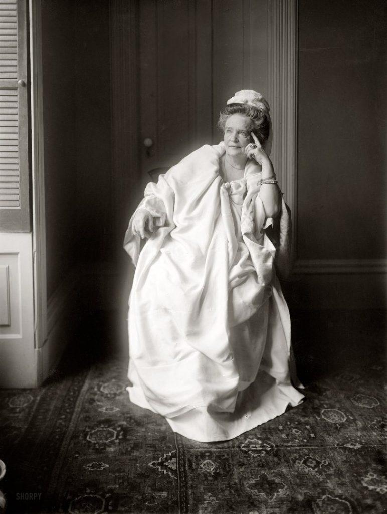 Ann O'Delia Diss Debar w swojej charakterystycznej białej szacie (domena publiczna).