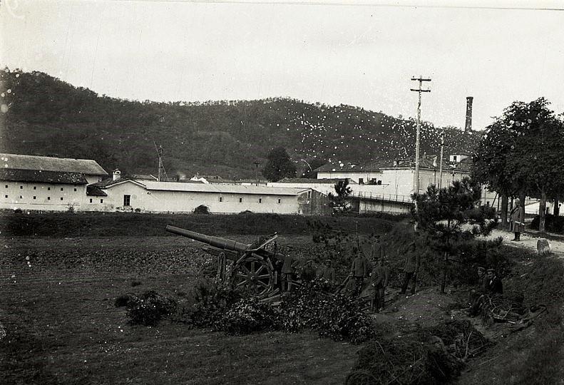 Armata 13 cm na zdjęciu z października 1915 roku (domena publiczna).