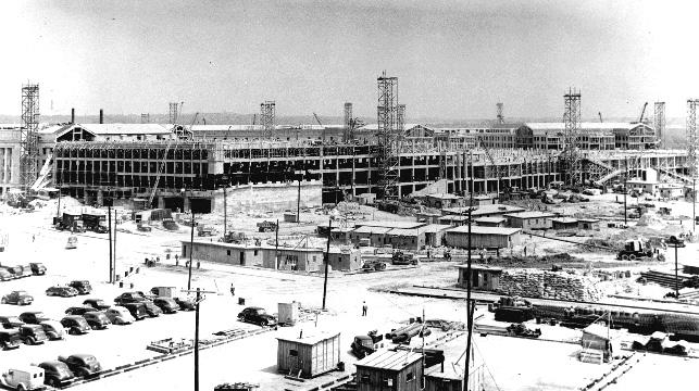 Budowa Pentagonu na zdjęciu z 1 lipca 1942 roku (domena publiczna).