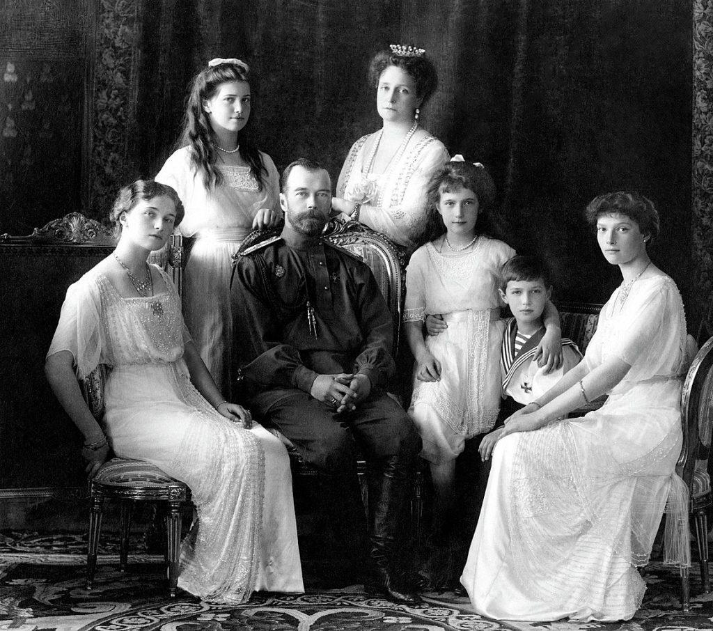 Carska rodzina (Anastazja trzecia od prawej) na zdjęciu wykonanym w 1913 roku (domena publiczna).