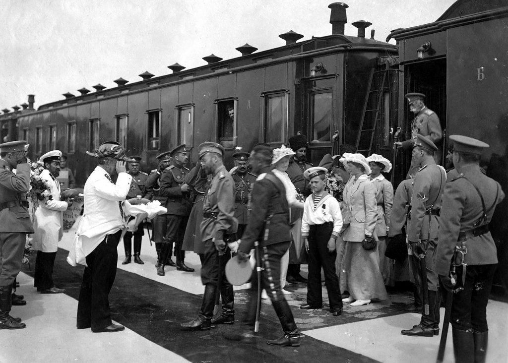 Franciszka pod koniec życia Franciszka zaczęła twierdzić że bolszewicy rozstrzelali sobowtóry rodzinny carskiej. Na zdjęciu Mikołaj z żoną i dziećmi. 1916 rok (domena publiczna).