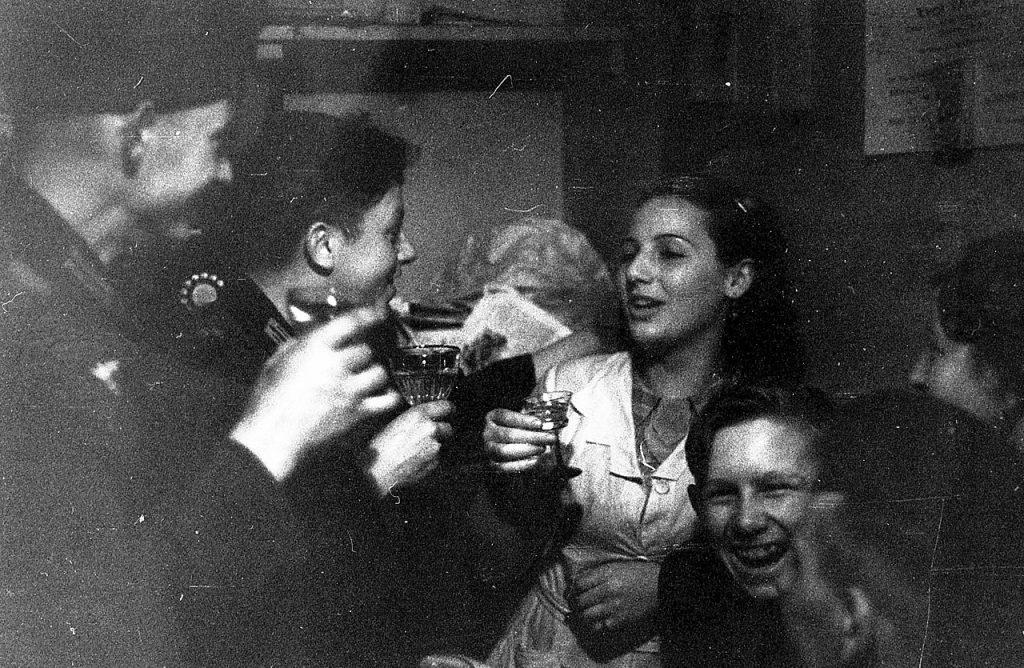 Francuskie prostytutki w towarzystwie niemieckich żołnierzy. Zdjęcie poglądowe (Bundesarchiv/Dietrich/CC-BY-SA 3.0).