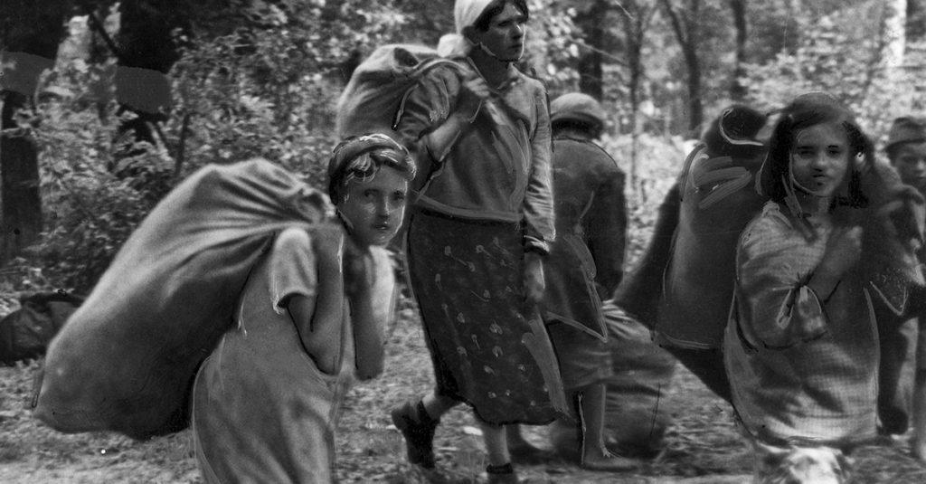 Grupa Żydówek z dobytkiem przy drodze w okolicach Lwowa. Fotografia z lipca 1941 roku