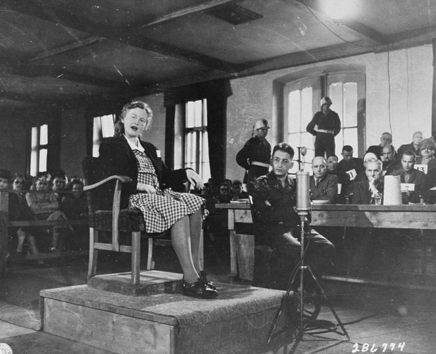 Ile Koch na zdjęciu wykonanym podczas jej procesu w 1947 roku (domena publiczna).