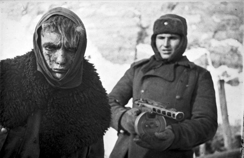 Jeden z dziesiątek tysięcy niemieckich jeńców wziętych do niewoli pod Stalingradem (Bundesarchiv/CC-BY-SA 3.0).