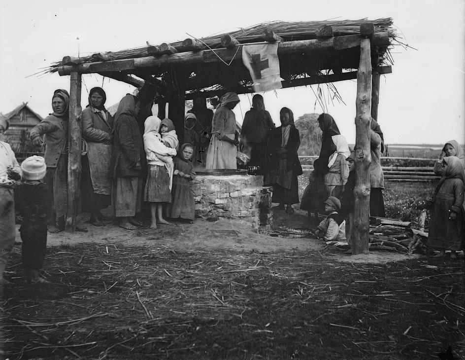 Jedna z licznych jadłodajni Amerykańskiego Czerwonego Krzyża w Polsce. Zdjęcie z 1919 roku (domena publiczna).