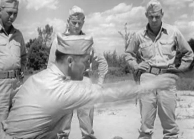 Kadr z filmu instruktażowego z zakresu użycia pistoletu M1911.