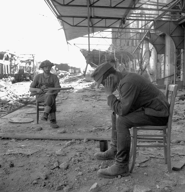 Kanadyjski żołnierz pilnujący niemieckiego jeńca. Rok 1944.