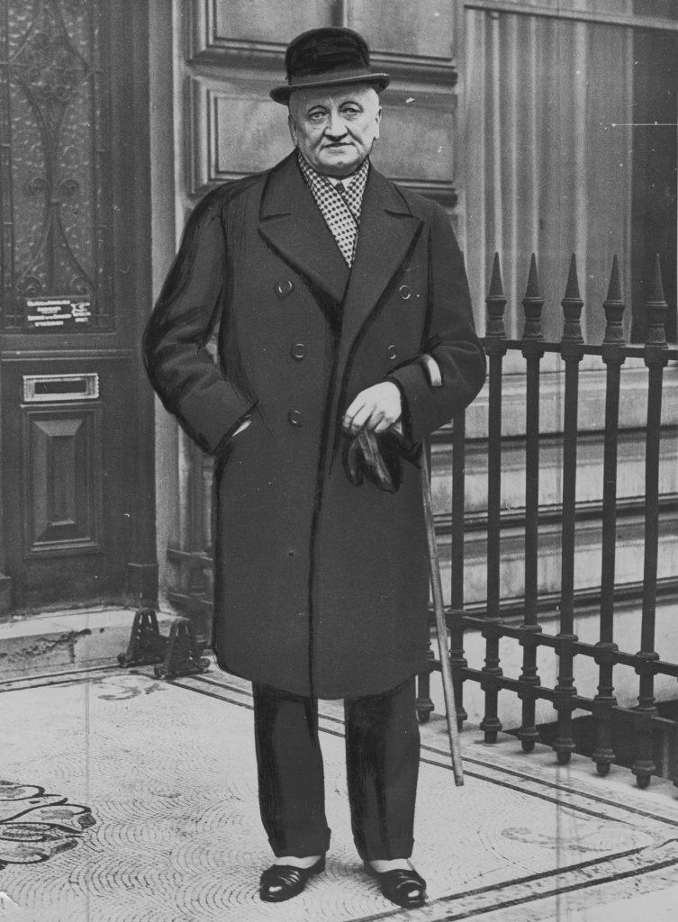 Konstanty Skirmunt przed ambasadą RP w Londynie. Zdjęcie wykonane w 1933 roku (domena publiczna).