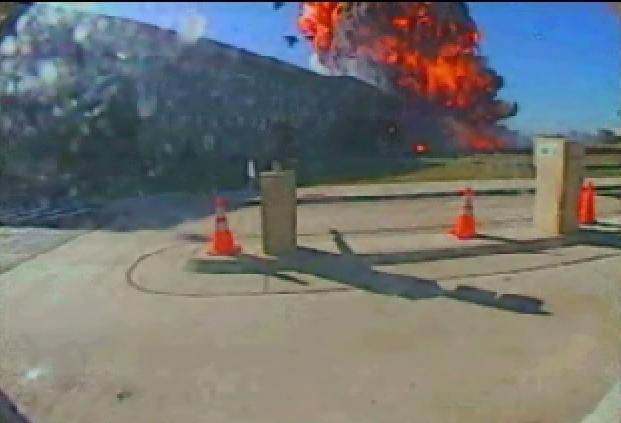 Słup ognia po uderzeniu samolotu w Pentagon nagrany przez kamerę ochrony (domena publiczna).