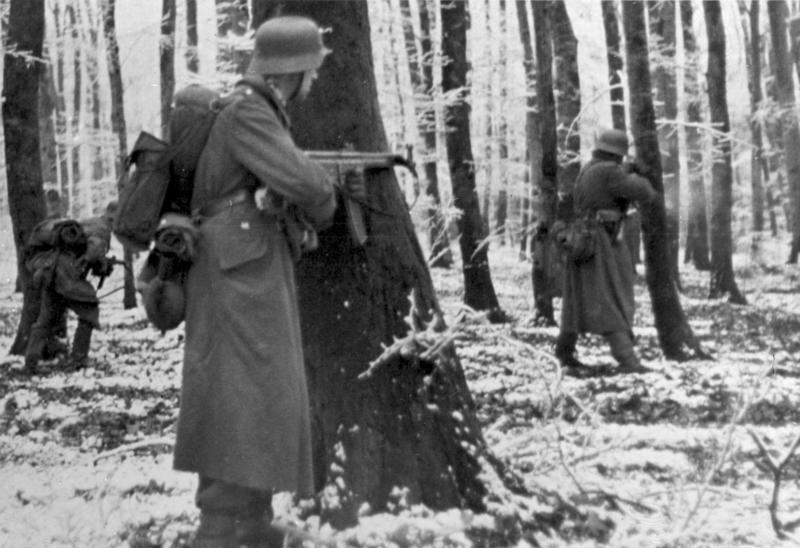 Niemieccy grenadierzy pancerni podczas walk w Ardenach (Bundesarchiv/Lange/CC-BY-SA 3.0).