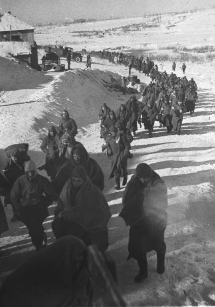 Niemieccy żołnierze idący do sowieckiej niewoli pod Stalingradem (Bundesarchiv/CC-BY-SA 3.0).