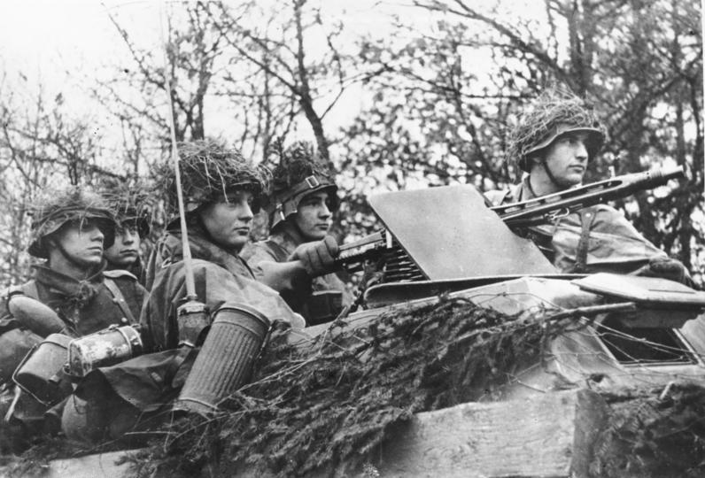 Niemieccy żołnierze na zdjęciu wykonanym w czasie ofensywy w Ardenach (Bundesarchiv/Göttert/CC-BY-SA 3.0).