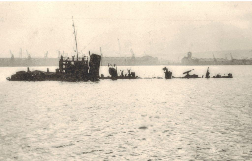 """ORP """"Mazur"""" zatopiony 1 września 1939 roku przez niemieckie bombowce w porcie wojennym na Oksywiu"""