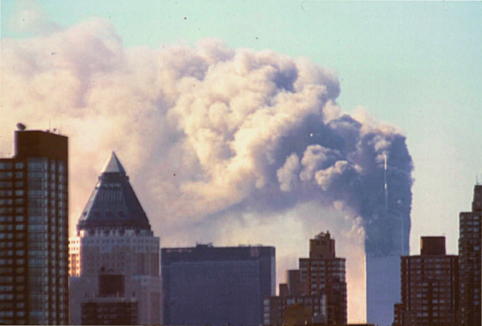 Płonące wieże World Trade Center (domena publiczna).