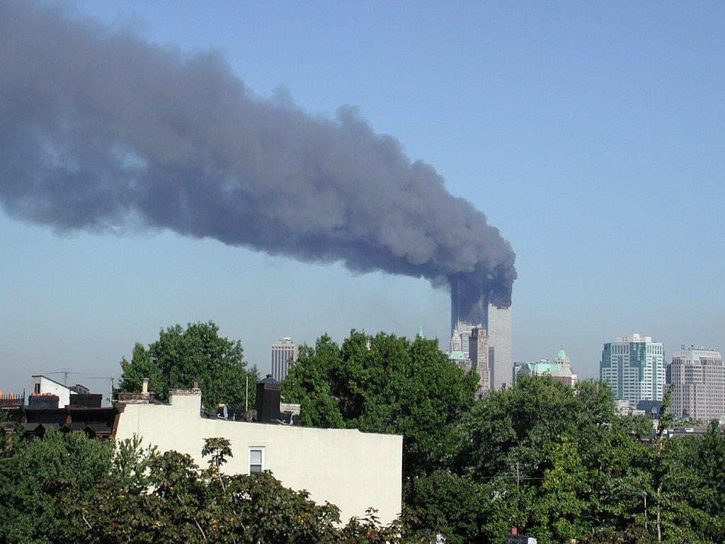 Płonące wieżowce WTC widziane z Brooklynu (newandrew/CC BY 2.0).