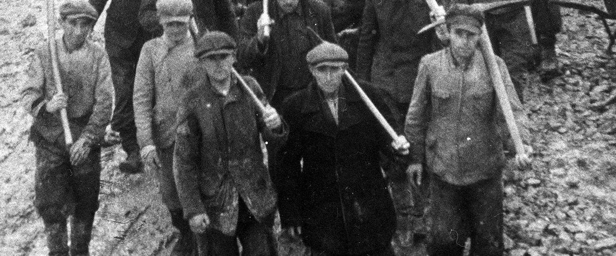 Polscy robotnicy przymusowi w Rzeszy wracający z pracy w kamieniołomie