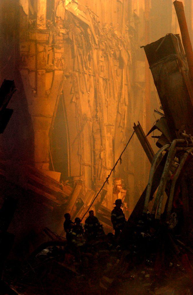 Ratownicy na zgliszczach World Trade Center (domena publiczna).