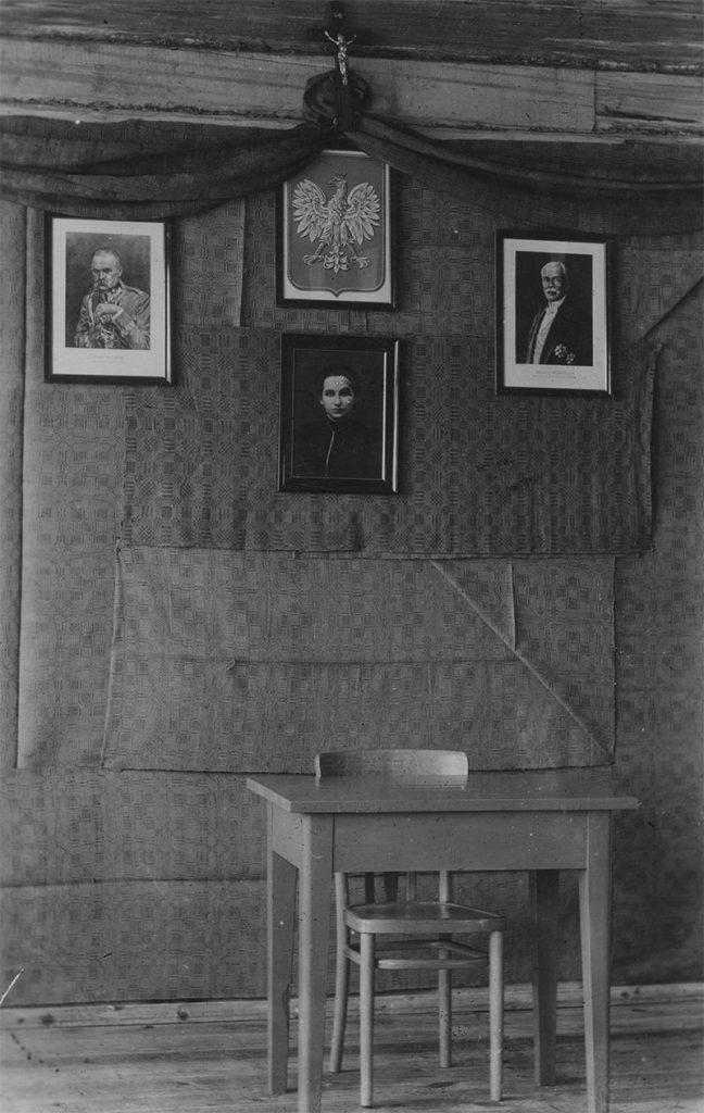 Sala szkolna w prowincjonalnej placówce. Fotografia z 1932 roku.