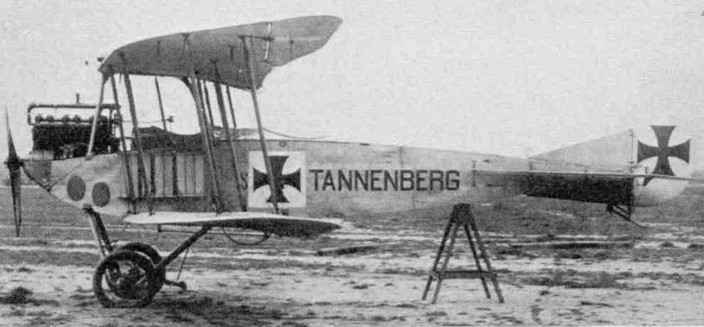 """Samolot DFW B.I """"Tannenberg"""" na zdjęciu wykonanym przed 1916 rokiem (domena publiczna)."""
