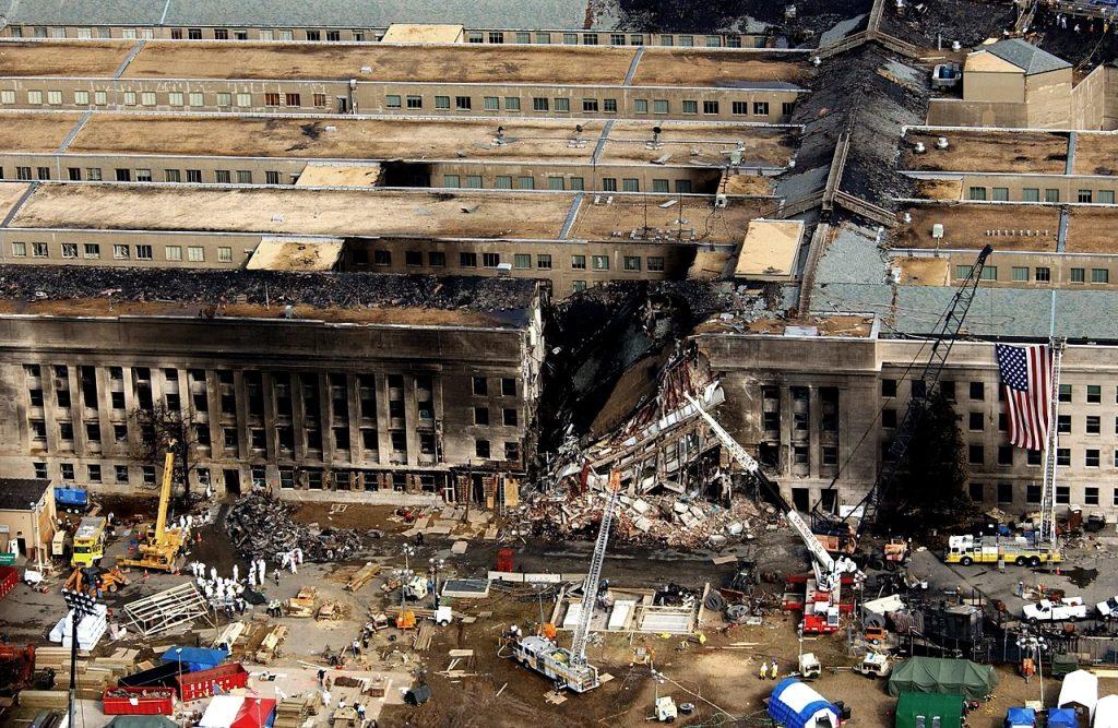 Skutki ataku na Pentagon na zdjęciu z 14 września 2021 (Cedric H. Rudisil/domena publiczna).