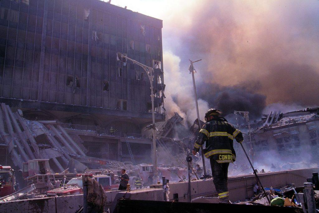 Strażacy na ruinach WTC. Zdjęcie wykonane 11 września 2001 roku (Mike Goad/domena publiczna).