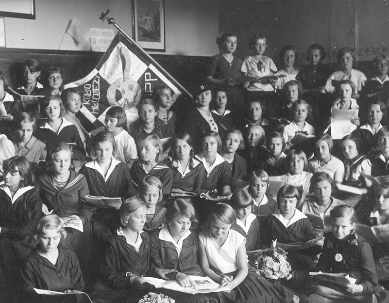 Uczennice szkoły powszechnej numer 12 w Poznaniu. Fotografia z 1934 roku.