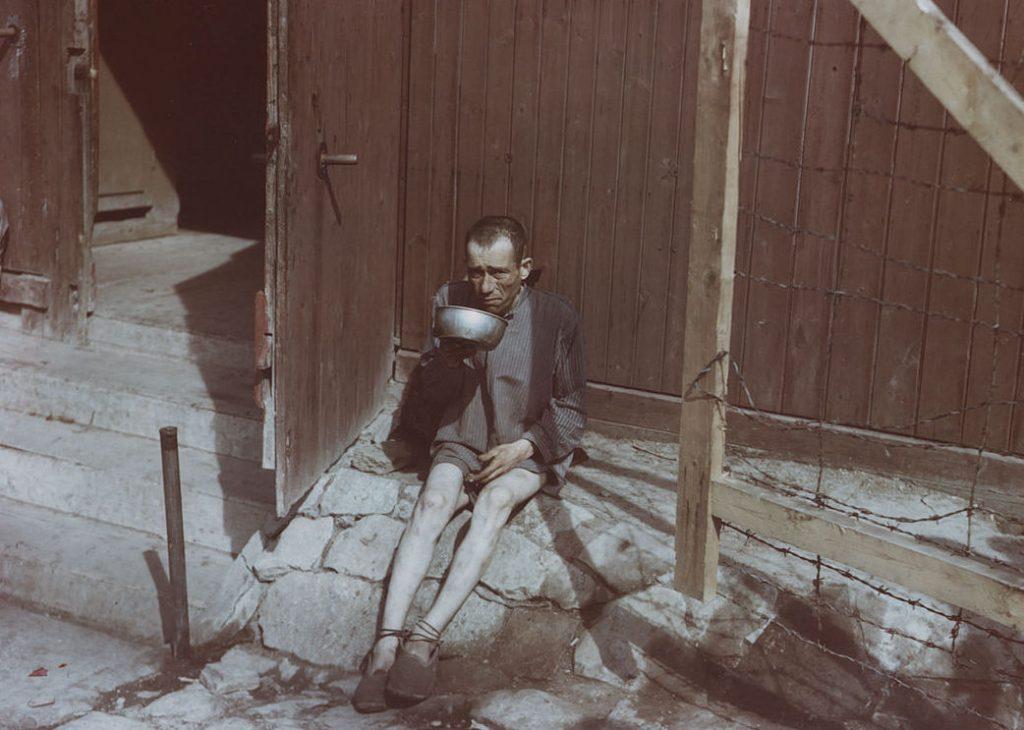 Więzień KL Buchenwald na zdjęciu wykonanym po wyzwoleniu obozu przez Amerykanów (domena publiczna).