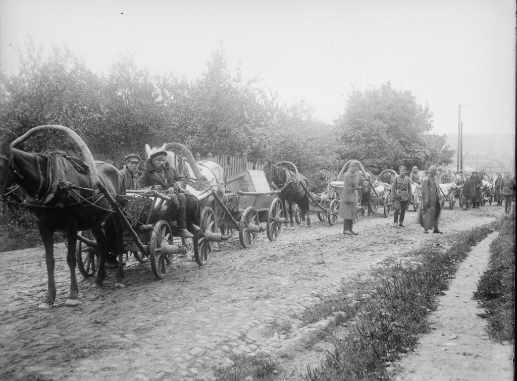 Wozy z amerykańską pomocą. Zdjęcie wykonane w 1919 roku na Kresach Wschodnich (domena publiczna).