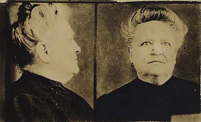 Zdjęcie Ann O'Delii Diss Debar wykonane po jej aresztowaniu (domena publiczna).