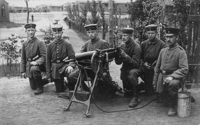 Zgodnie z planem główne uderzenie miało być skierowane na prawe skrzydło. Na zdjęciu niemieccy żołnierze pozujący wraz karabinem maszynowym (domena publiczna).