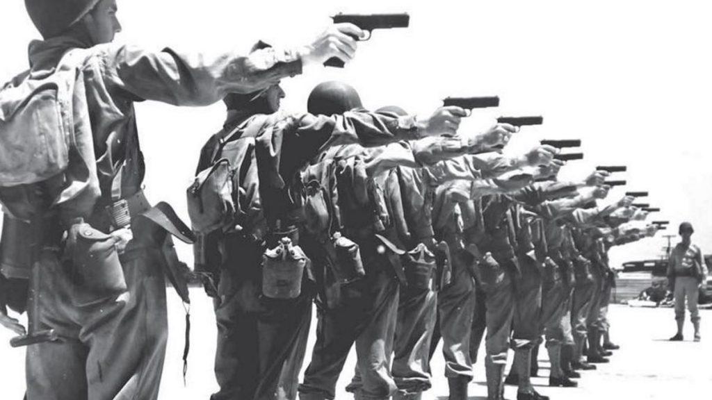 Żołnierze amerykańscy trenujący strzelanie z pistoletów M1911.