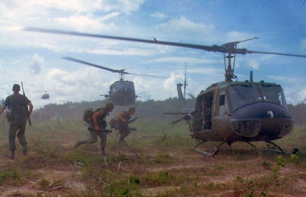 Amerykańscy żołnierze w Wietnamie. Zdjęcie z 1966 roku (domena publiczna).