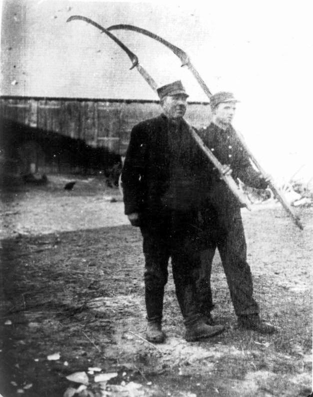 Kosynierzy Gdyńscy Andrzej Skibiński (z lewej) i jego syn Jan Skibiński (domena publiczna).