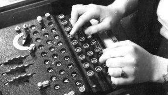 Maszyna szyfrująca Enigma w użyciu. Fotografia z 1943 roku.