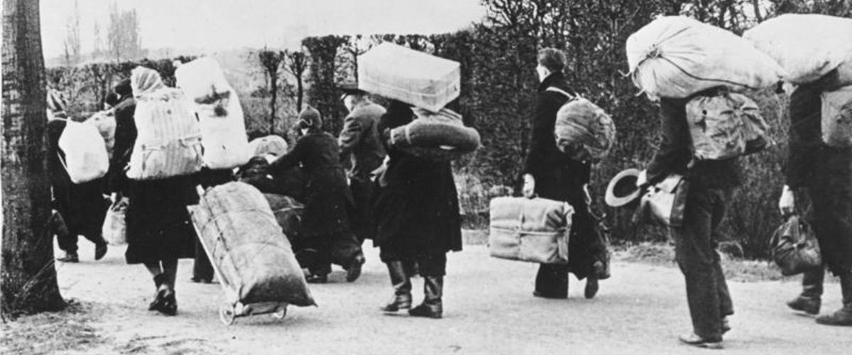 Niemieccy przesiedleńcy w drodze na zachód. Fotografia z 1945 roku.