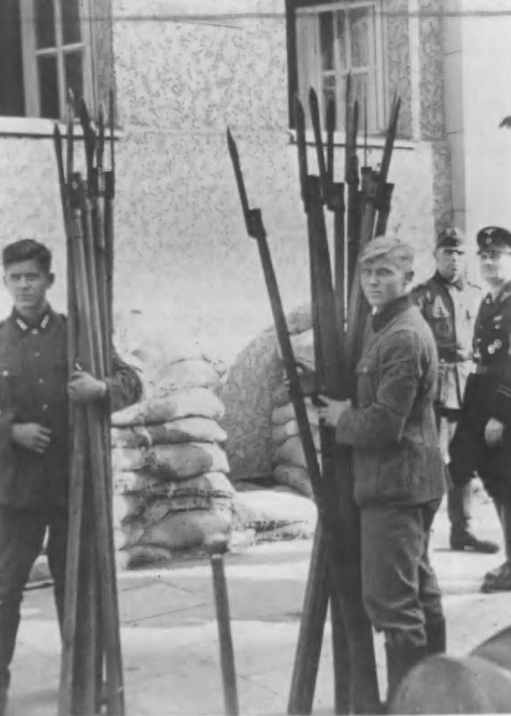 Niemieckie zdjęcie przedstawiające uzbrojenie kosynierów gdyńskich (domena publiczna).
