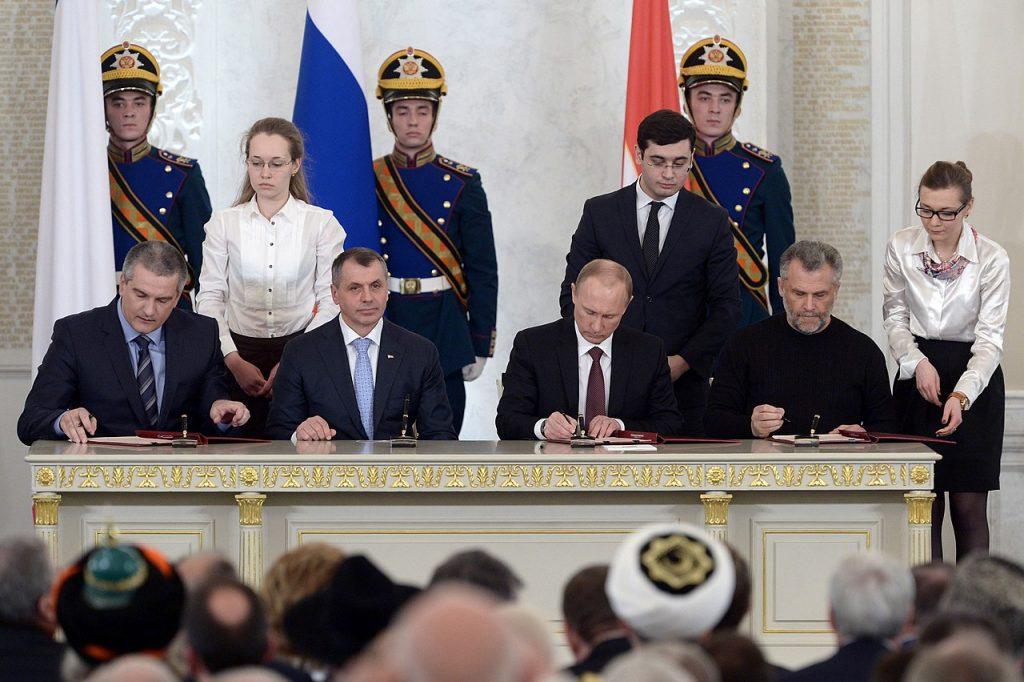 Podpisanie traktatu o przyjęciu Krymu w skład Federacji Rosyjskiej, 18 marca 2014 (Kremlin.ru/CC BY 4.0).