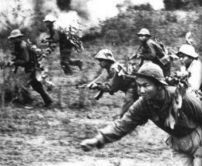 Żołnierze Armii Wietnamu  Północnego. Propagandowe zdjęcie z około 1967 roku (domena publiczna).