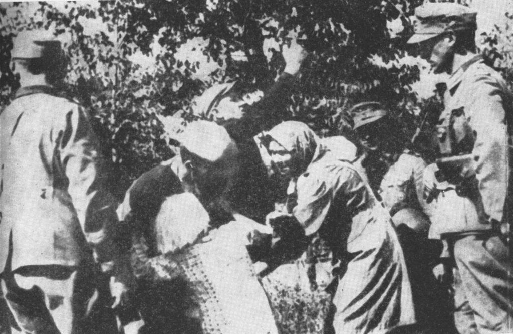 Rabunek polskich dzieci na Zamojszczyźnie. Fotografia z 1942 lub 1943 roku.