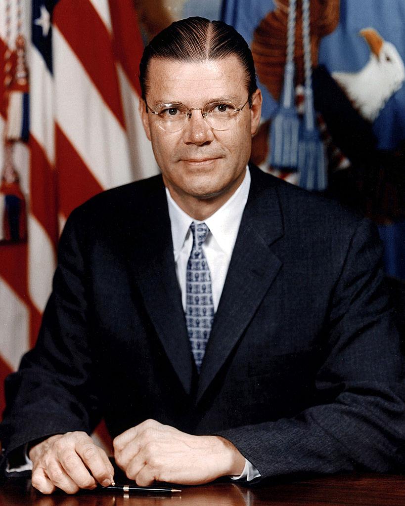 Sekretarz obrony Robert McNamara na zdjęciu z 1961 roku (domena publiczna).