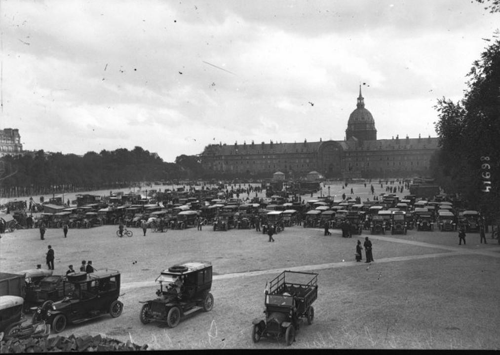 Taksówki wykorzystane później do transportu żołnierzy 7 Dywizji Piechoty (domena publiczna).